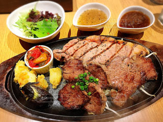 近くのテーブルの上に食べ物のプレートの写真・画像素材[1135521]