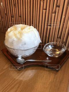 木製のテーブルの上に座って食品のボウルの写真・画像素材[1135544]