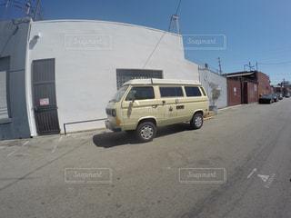 トラックは、道路の脇に駐車します。の写真・画像素材[1009271]