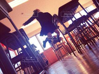 放課後の教室でジャンプの写真・画像素材[1007522]