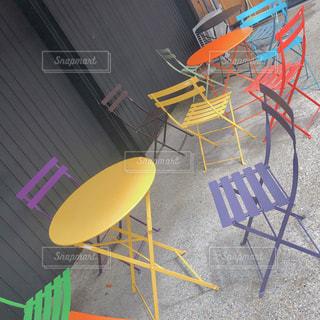 テーブルの前で座っている椅子の写真・画像素材[1460316]