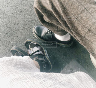 黒い靴を履いた足のペアの写真・画像素材[2276264]