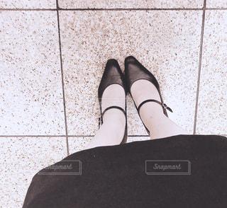 青と黒の靴を履いた足の写真・画像素材[2494283]