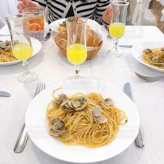 食べ物の皿を持ってテーブルに座っている人々のグループの写真・画像素材[3033916]