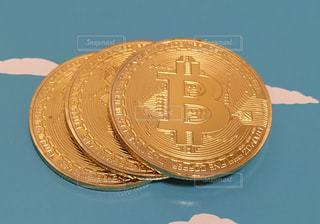 ビットコイン(背景空)の写真・画像素材[1010681]