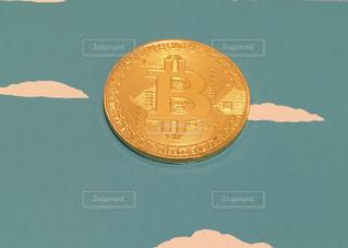 ビットコイン(背景空)の写真・画像素材[1010682]