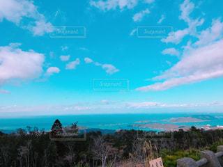 水体の上空で雲のグループ - No.1009301