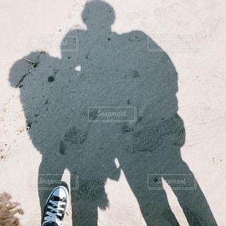 砂場で写真を撮るカップル - No.1009302