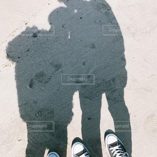 砂場で写真を撮るカップル - No.1009303