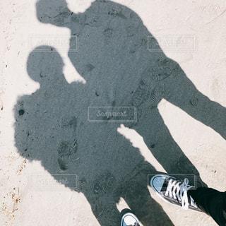 砂浜で影を撮るカップル - No.1009304