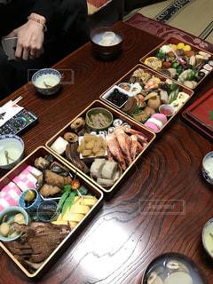 テーブルの上に食べ物の束 - No.1010803