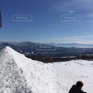 雪に覆われた山に立つ男 - No.1010864