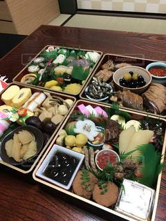 テーブルの上に食べ物の種類でいっぱいのボックス - No.1010875