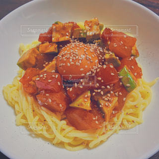 ビンチョウマグロとアボカドのこんにゃく麺の写真・画像素材[2061097]