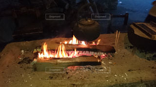 温泉後の囲炉裏で休憩の写真・画像素材[1009390]