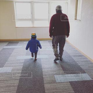 孫と歩く後ろ姿の写真・画像素材[1009788]