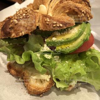 近くの皿にサンドイッチをの写真・画像素材[1099074]