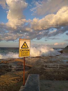 波と標識の写真・画像素材[1009996]