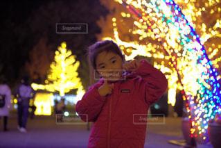 夜のライトアップは小さな女の子の写真・画像素材[1744500]