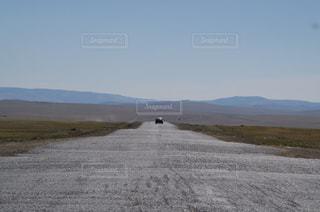 草原の中にある一本道の写真・画像素材[1010225]