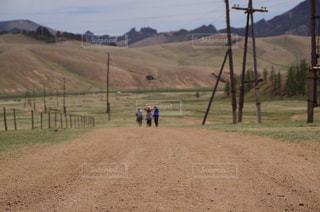 未舗装の道路を歩いて人々 のグループの写真・画像素材[1010227]