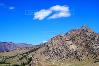 モンゴルの草原にある岩山の写真・画像素材[1010229]