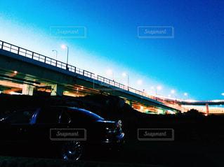 夜の街に沈む夕日 - No.1010102