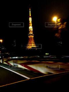クロック タワーは夜ライトアップ - No.1010343
