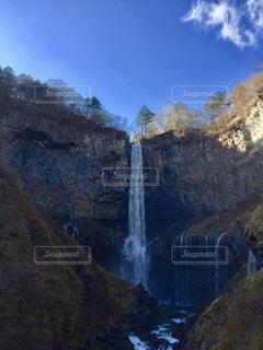 山の中腹に木の滝 - No.1010344