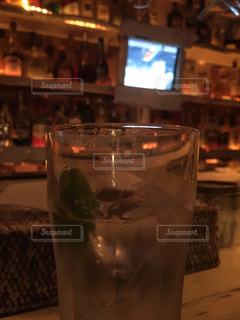 テーブルの上のビールのグラス - No.1010345
