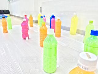テーブルにプラスチック製のボトル - No.1010351
