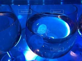 青い背景のガラス - No.1014236