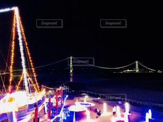 大きな橋が夜ライトアップ - No.1014876
