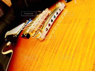テーブルの上に座ってギター - No.1017436