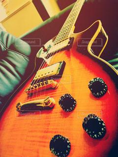 近くにギターのアップ - No.1017437