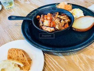 テーブルの上に食べ物のプレートの写真・画像素材[1469309]