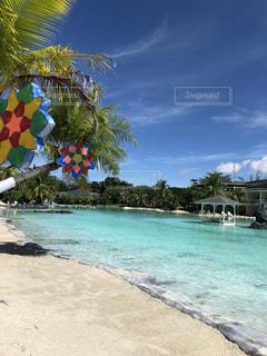 近くに水の体の横にある砂浜のアップ - No.1010579