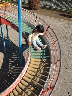 滑り台で遊ぶ女の子の写真・画像素材[1010581]