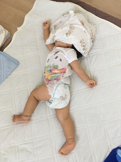 お昼寝の寝相の写真・画像素材[1010684]