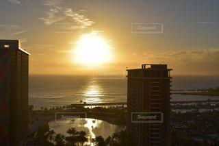 沈む夕日と海の写真・画像素材[1022983]