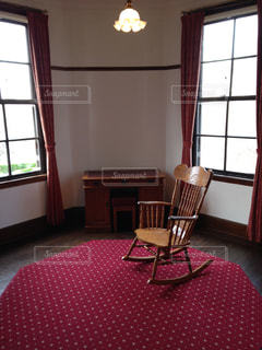 部屋に大きな椅子の写真・画像素材[1012585]