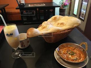 テーブルの上に食べ物のボウルの写真・画像素材[1013108]