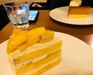 パインのショートケーキとカボチャのプリンケーキの写真・画像素材[1067058]