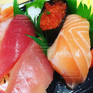皿の上の寿司の写真・画像素材[1012139]