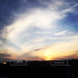 街に沈む夕日の写真・画像素材[1017058]