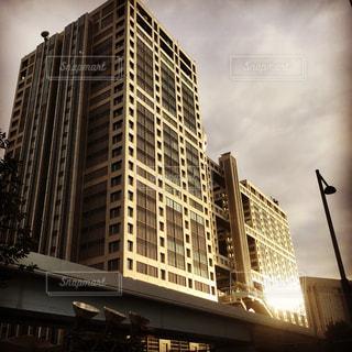 背景の高層ビル街の景色の写真・画像素材[1017091]
