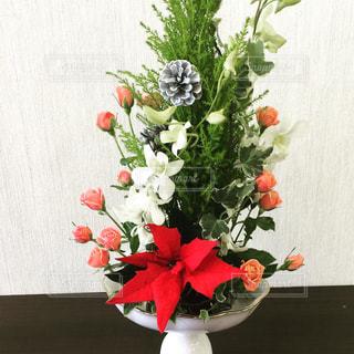 テーブルの上に花瓶の花の花束の写真・画像素材[1022629]