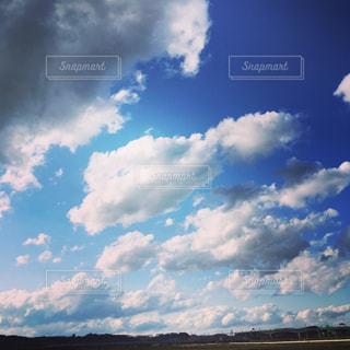 曇りの日に空の雲の写真・画像素材[1119234]