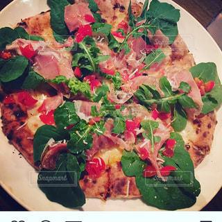 ピザとサラダのプレートの写真・画像素材[1304902]