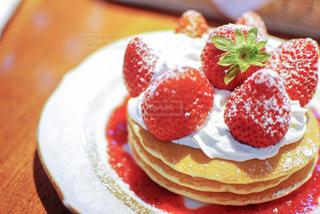 皿の上のケーキのスライスの写真・画像素材[1011899]
